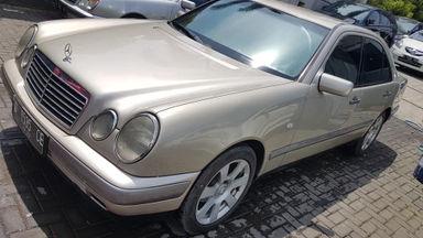 1996 Mercedes Benz E-Class New Eyes E230 MT - Murah Dapat Mobil Mewah