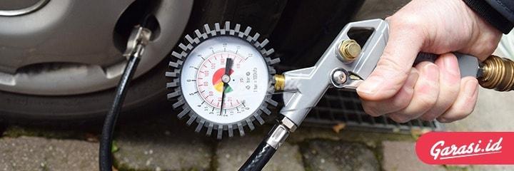 Selalu cek tekanan angin ban mobil setiap 1 hingga 2 minggu sekali