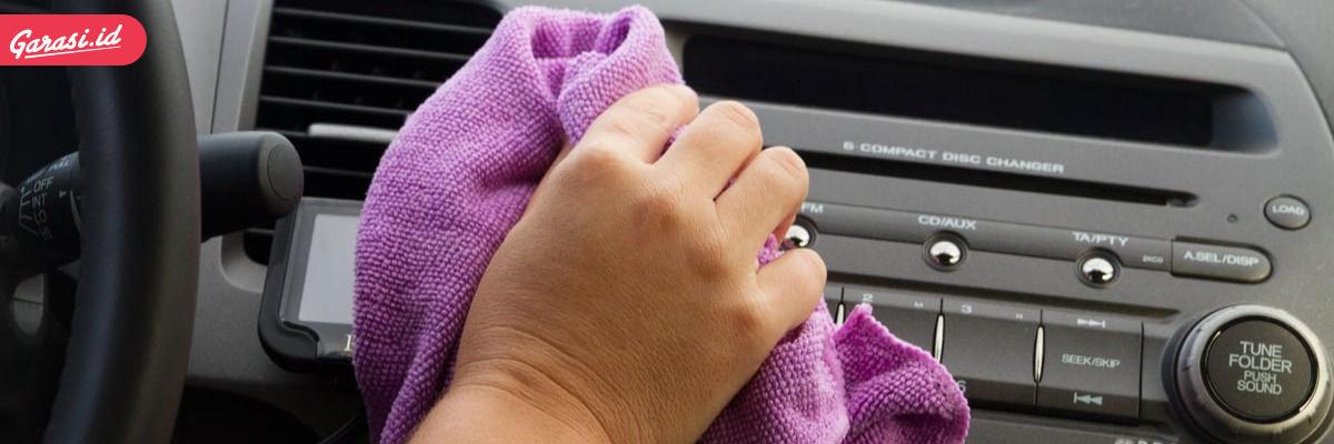 Membersihkan kabin mobil