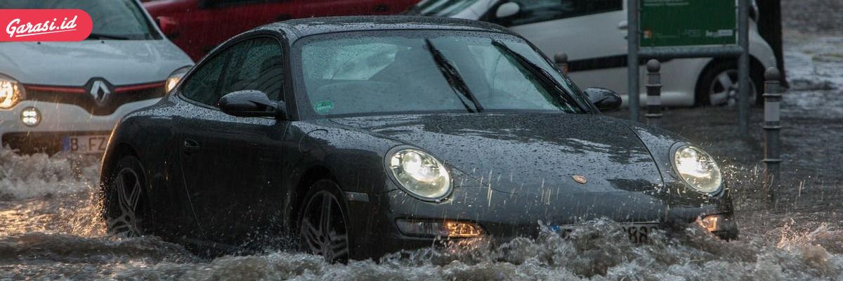 Mobil menerjang banjir