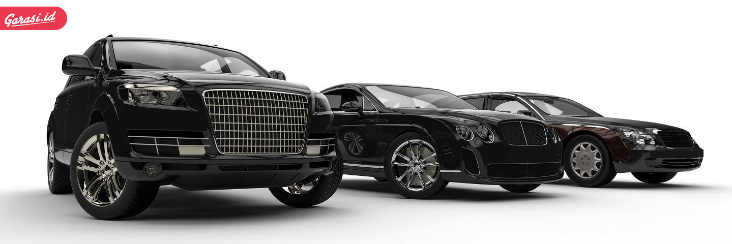 Merawat mobil warna hitam