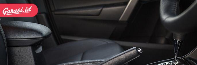 Baik kulit asli atau kulit sintetis pada lapisan jok mobil, sama-sama memiliki kelebihan dan kekurangan