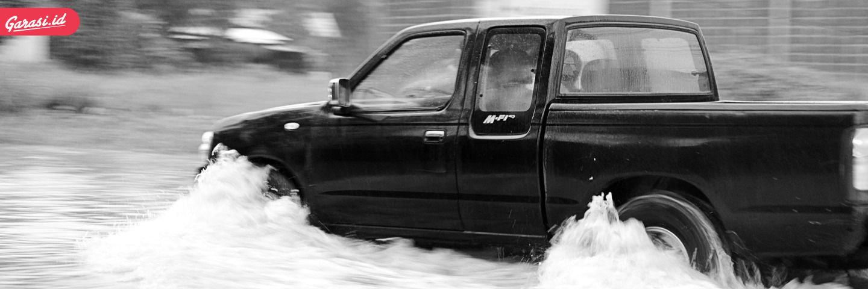 Pertolongan ke mobil saat banjir