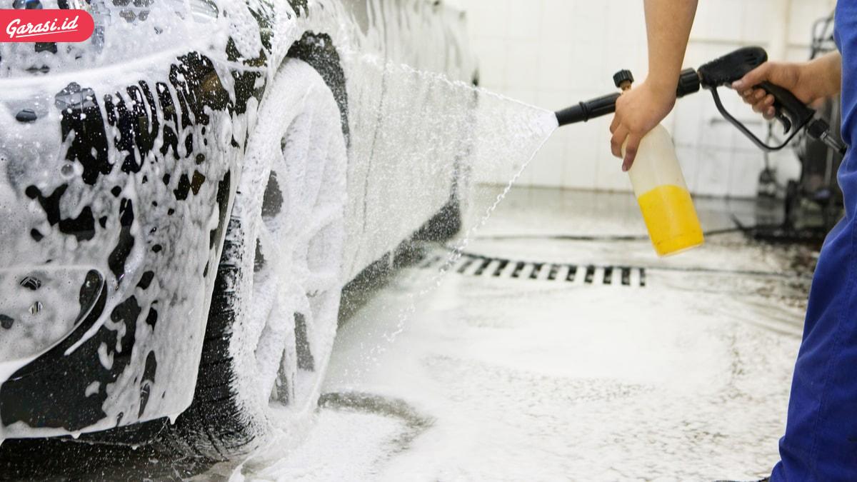 Bodi Mobil Banyak Goresan? Begini Cara Mencuci Mobil yang Benar