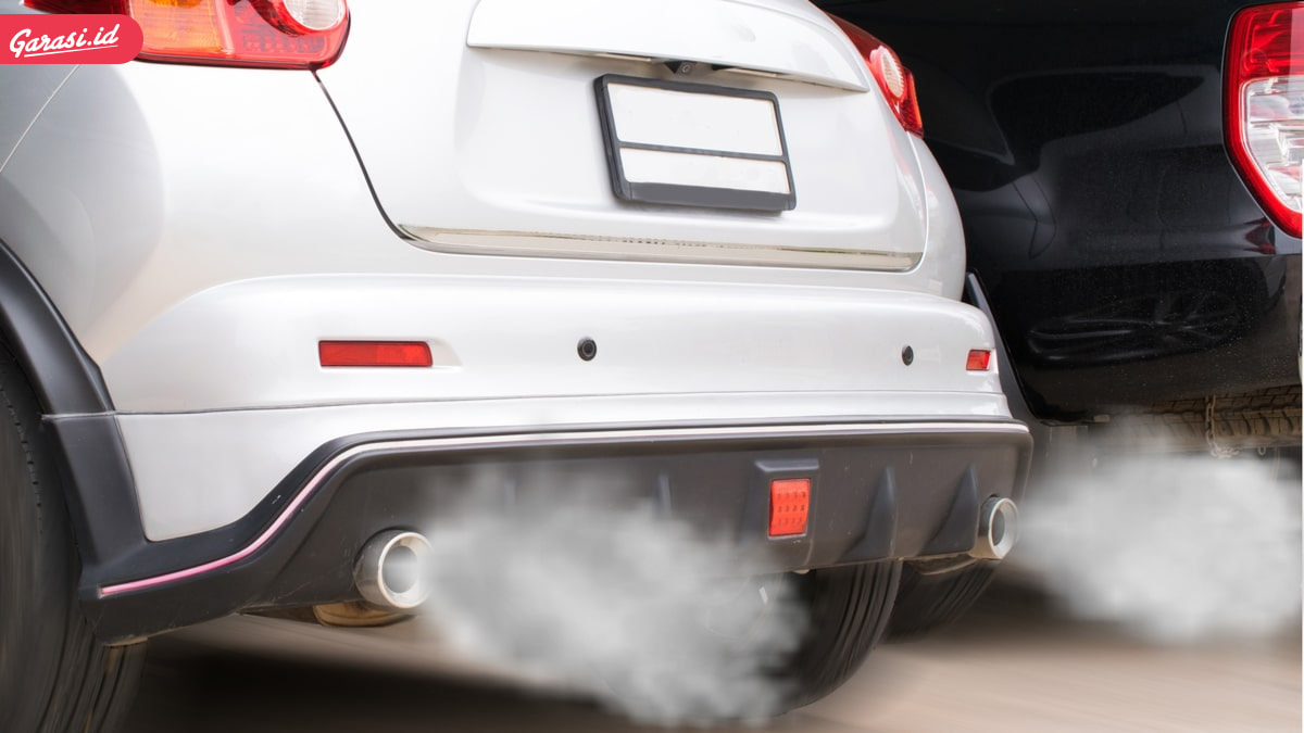 Asap Knalpot Mobil Warna Hitam atau Putih? Kenali Penyebabnya