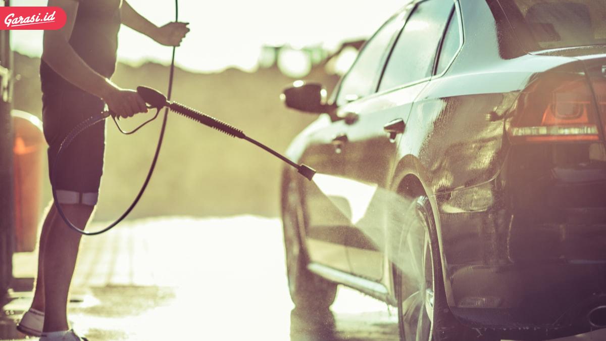Ragu Mencuci Mobil di Tempat Umum? Ini 5 Cara yang Benar dan Cepat Mencuci Mobil di Rumah