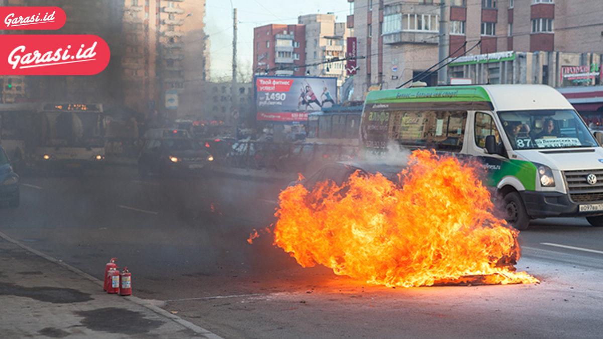 Mobil Tiba-tiba Terbakar, Jangan Panik Sahabat Harus Lakukan Ini