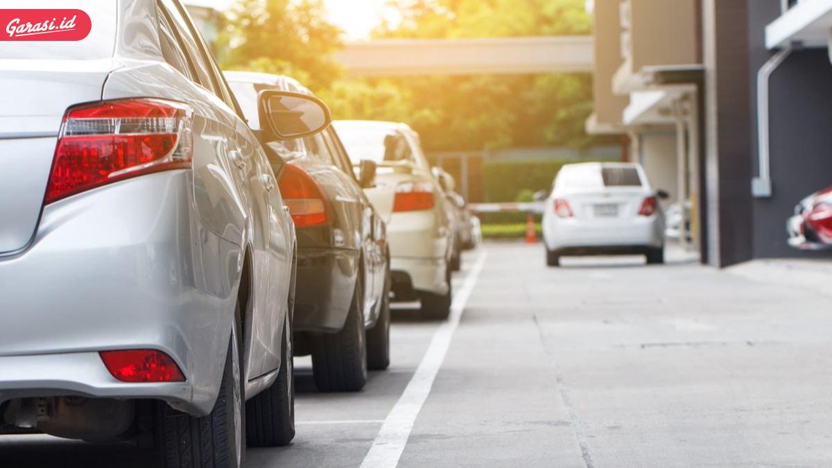 Suka Parkir Sembarangan? Begini Cara Parkir Mobil yang Baik dan Benar