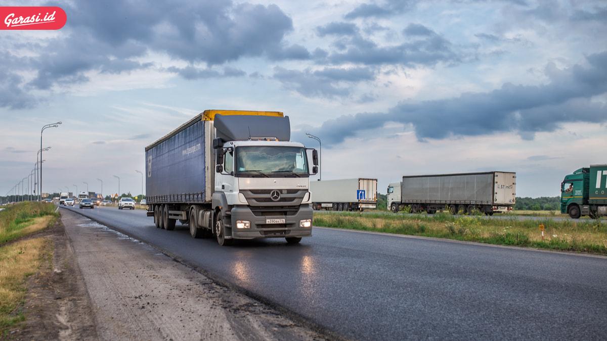 Biar Aman Saat Berkendara, Pahami Isyarat Lampu Kendaraan Truk dan Bus