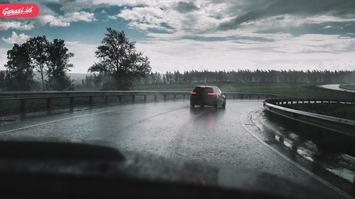 Pengendara Mobil Harus Baca Ini Bila Tidak Ingin Tergelincir Saat Hujan