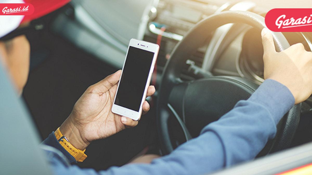 Tips Aman Mengisi Baterai Handphone di Mobil