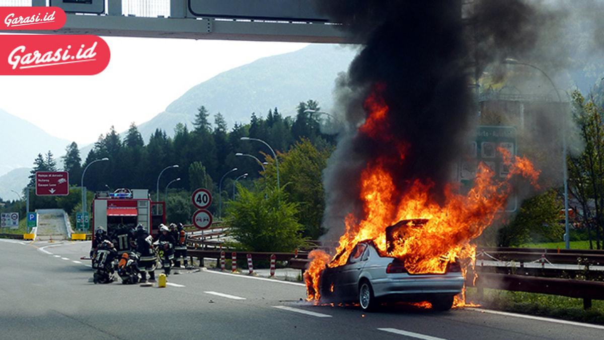 Bisa Terbakar, Apa Perlu Alat Pemadam Api di Dalam Mobil?