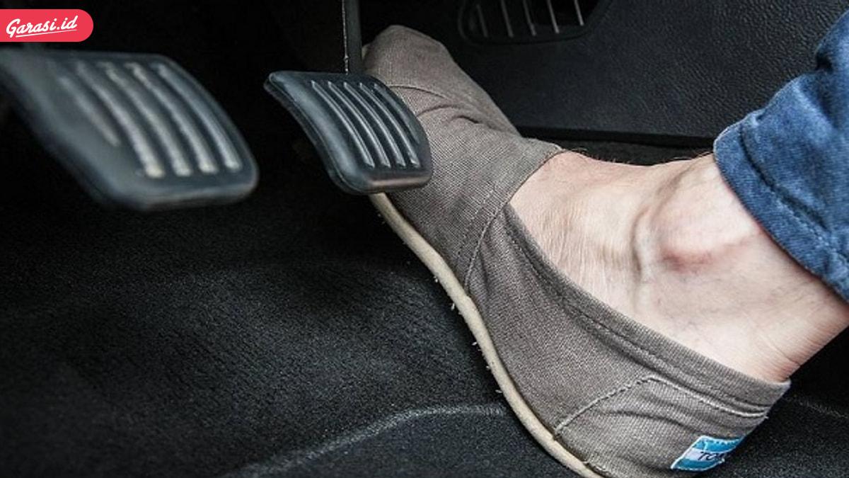 Cara Menyetir Mobil yang Nyaman, Perhatikan Alas Kaki