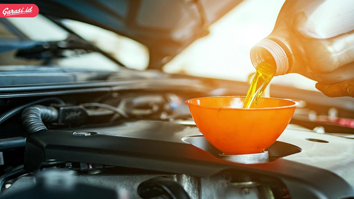 Sering Menambahkan Oli Mesin Mobil? Ini Efek Sampingnya