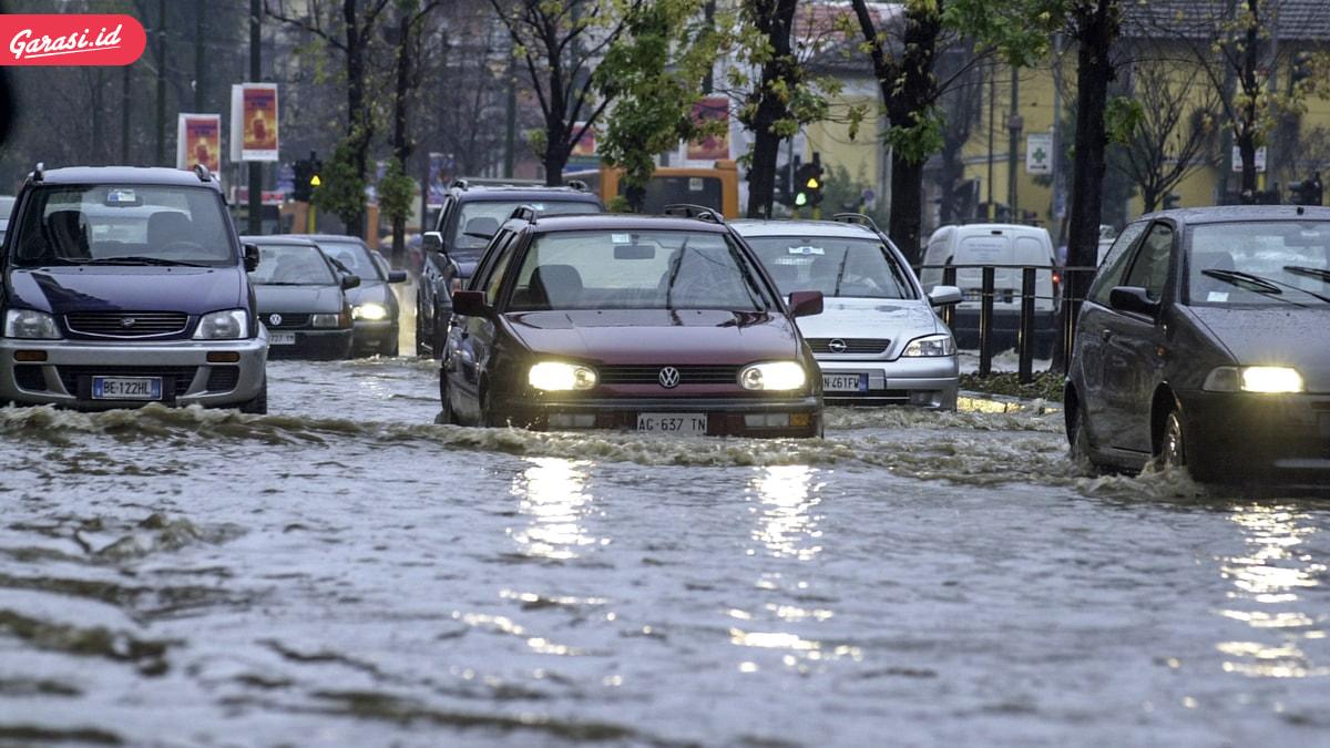 Musim Hujan Tiba, Ini 10 Tips Aman Saat Mobil Menerobos Banjir