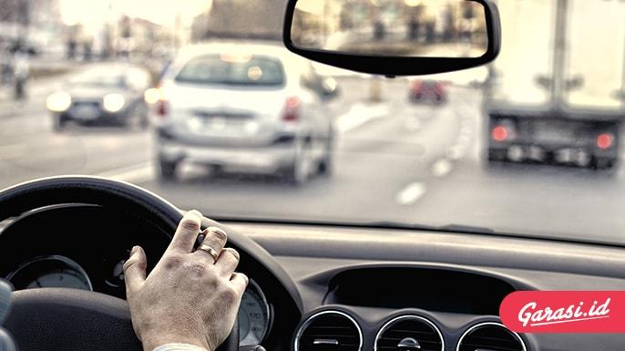 Saat Berkendara Harus Berbelok, Ini Jarak Ideal Hidupkan Lampu Sein