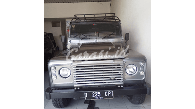 2014 Land Rover Defender jeep - Low Km Like New