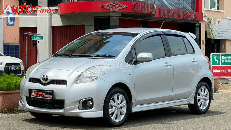 2013 Toyota Yaris - Facelift Silver On Black (preview-0)